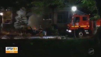 Carro pega fogo no Centro de Poços de Caldas, MG - Carro pega fogo no Centro de Poços de Caldas, MG