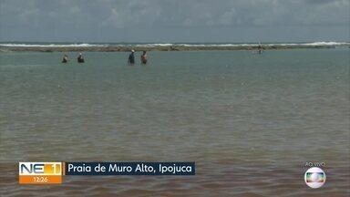 Praia de Muro Alto recebe turistas após manchas de óleo - Comerciantes estão preocupados com o impacto do desastre ambiental.
