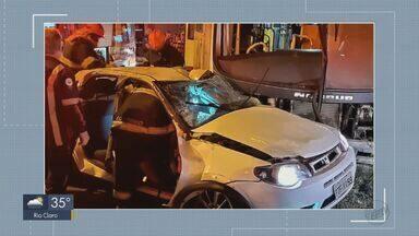 Acidente entre carro e ônibus deixa feridos em Araras - Batida aconteceu na noite de sexta-feira (25) no Jardim Warley Colombini.