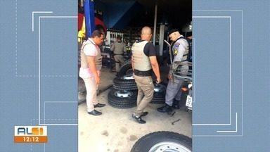Dupla que furtava pneus de ônibus escolares é presa em Maceió - Eles retiravam pneus de transporte escolar do Cepa e revendiam para borracharia da cidade de Satuba.