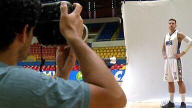 Jogadores do Mogi vivem dia de modelos no Media Day do NBB - Embalado por três vitórias seguidas, time se divertiu com sessão de fotos e vídeos promovida pela Liga Nacional de Basquete anualmente.
