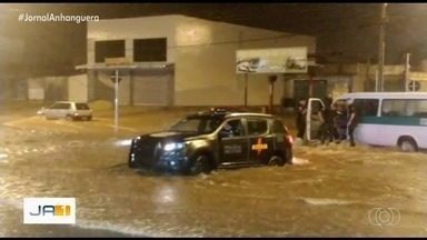 Vídeo mostra Rotam resgatando pessoas que ficaram ilhadas por causa da chuva - Passageiros de ônibus não conseguiam sair do local por causa da enxurrada.