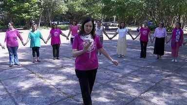 """Aulas de danças circulares fazem sucesso nas praças de São Paulo - Professora explica que """"o círculo é uma forma universal, que representa a totalidade, onde todos somos um, onde não tem ninguém maior ou menor que o outro""""."""