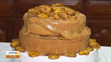 Veja como fazer uma deliciosa torta de banana - A confeiteira Priscila Aguiar mostra todos os detalhes de como fazer essa receita em casa.