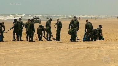 Manchas de óleo atingem 249 locais em 92 municípios de nove estados, diz Ibama - Neste domingo (27), soldados do Exército começaram a trabalhar na limpeza das praias de Sergipe. Eles levaram caminhões e equipamentos para recolher o óleo.