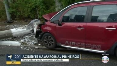 Mulher perde o controle de veículo e bate em poste na Marginal Tietê - Motorista derrubou um poste, deixou o carro e foi embora do local do acidente.