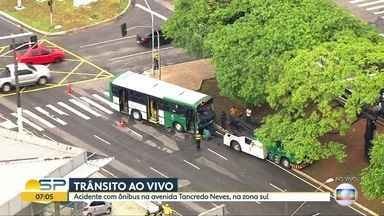 Acidente entre carro e ônibus na Avenida Tancredo Neves - Três pessoas ficaram feridas e foram socorridas pelos bombeiros.