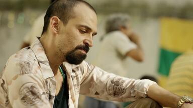 Caminho Do Penta - Os presos organizam a prisão para a final da Copa de 2002. Cadu, ainda atuando como chefe do cartel, é advertido pelo Professor sobre os riscos de perder sua família.