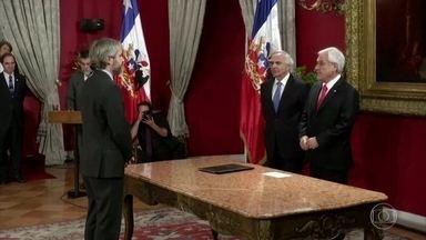 No Chile, Sebastian Piñera troca oito ministros, mas manifestações continuam - Os protestos chegam ao décimo dia. A principal troca foi a remoção do impopular ministro do Interior, mas manteve os também impopulares ministros do Transporte e da Saúde.