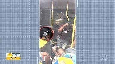 Diretor de transporte e servidores fazem farra em ônibus escolar de Lagoa de Itaenga - Imagens correram as redes sociais e, segundo a prefeitura, o diretor de Transportes do município liberou irregularmente o veículo.