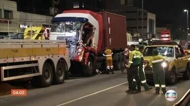 Acidente entre caminhões na Av. dos Bandeirantes deixa ao menos um ferido em SP - Motorista do caminhão que provocou a colisão afirmou que dormiu ao volante.