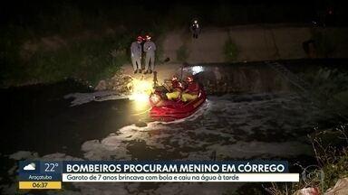Bombeiros procuram menino de sete anos que caiu em córrego na Zona Leste - Garoto tentou pegar uma bola quando caiu em um córrego em São Mateus.