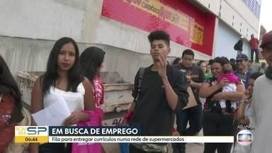 Fila de candidatos para entregar currículo chama atenção em Itapecerica da Serra - Interessados tentam uma vaga em uma rede de supermercados.