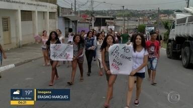 Mães e alunas protestam contra racismo em escola de Suzano - Menina teria sido alvo de bullying por causa do cabelo.