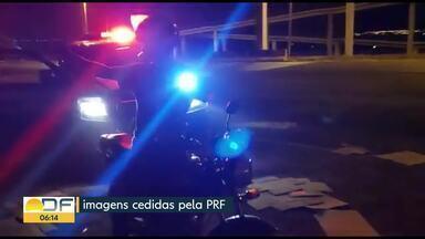 Polícia Rodoviária Federal flagra cena inusitada na BR-070 - O motociclista usava uma lanterna para improvisar o farol queimado. Ele foi autuado e se recusou a fazer o bafômetro.