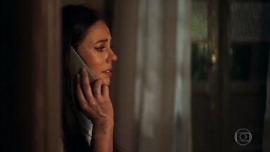 Camilo conta para Vivi que Téo foi atacado - A it-girl conta para o marido que está com Maria da Paz resolvendo uma questão muito importante