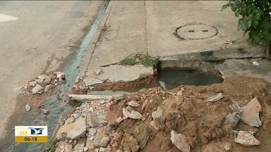 Moradores reclamam do mau cheiro em bairro em Imperatriz - Segundo os moradores do bairro Nova Imperatriz, a água suja de um esgoto entupido tem voltado para dentro das casas.