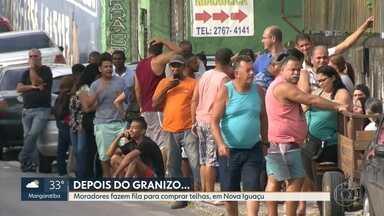 Moradores de Nova Iguaçu fazem fila em loja de material de construção para comprar telha - Moradores tentam reconstruir suas casas depois da tempestade de granizo na última sexta