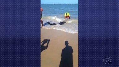 Manchas de óleo chegam a Porto Seguro, um dos principais destinos turísticos do país - Em meio ao óleo que continua avançando pelo litoral do Nordeste, o governo dá informações desencontradas sobre a investigação da origem do vazamento.