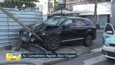 Carro derruba semáforo na Avenida Conselheiro Aguiar - Veículo subiu a calçada e ficou com a frente amassada.