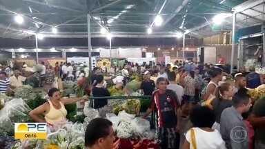 Dia de Finados leva inúmeras pessoas ao Ceasa - Comerciantes madrugaram para comrpar flores na Reciflor.