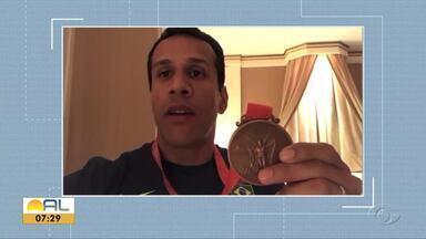 Alagoano Bruno Lins recebe a medalha de bronze do revezamento 4x100 - Velocista participou do revezamento 4x100 na Olimpíada de Pequim em 2008