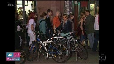 Ana Maria Braga descobre as delícias de Berlim na Alemanha - Apresentadora passeia de bicicleta pela cidade e se encanta com vendedor de cachorro quente ambulante. Depois, Ana Maria e Louro José visitam a Floresta Negra