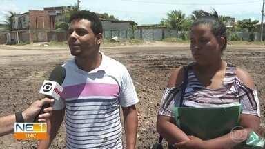 'Não aguentei ver o cachorro morrendo afogado', diz homem que pulou em canal para resgate - Vídeo mostrou o momento em que Graciliano Ramos entrou no Canal do Fragoso e ajudou o animal a sair da água.