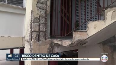 Prédio da CDHU, em São Mateus, tem colunas rachadas e ferragem aparente - Há 10 meses, funcionários da companhia foram avaliar os problemas, mas até agora os moradores aguardam uma resposta.