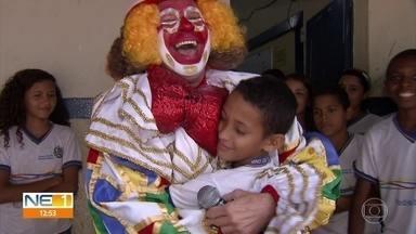 Menino se emociona ao conhecer o Palhaço Chocolate - Estudante de Goiana impressionou durante o NE1 do dia 12 de outubro.