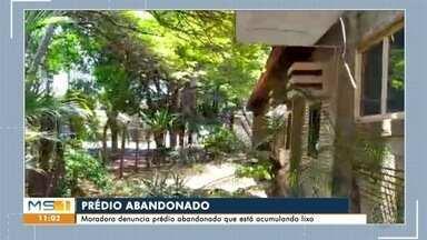 Moradora denuncia prédio abandonado que está acumulando lixo - Imóvel fica no bairro São Lourenço