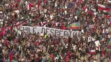 Dezenas de milhares de pessoas vão às ruas para protestar no Chile - O protesto desta sexta (1°) congregava a Marcha pela Justiça e a Marcha das Mulheres de Luto. O principal alvo é a violência da polícia contra os manifestantes nas últimas duas semanas. Vinte e três pessoas já morreram nos confrontos.