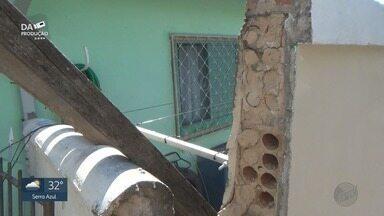 Carreta invade casa e atinge quarto onde bebê dormia em Campinas, SP - Suspeita é de que motorista estava bêbado.