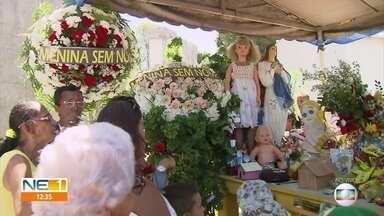 Túmulo da Menina Sem Nome é um dos mais visitados no Recife, no Dia de Finados - Pessoas ficam emocionadas ao render homenagem a esse personagem da cidade