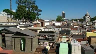 Movimento nos cemitérios já é grande em Passo Fundo - Cerca de 100 mil pessoas devem passar no principal cemitério da cidade.