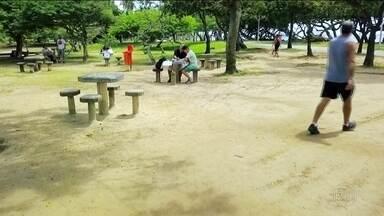 Projeto no Rio de Janeiro transforma praças em salas de aula ao ar livre - O projeto Adote Um Aluno já ocupa seis praças no Rio e mais uma na região metropolitana, tem 60 voluntários ensinando e mais de 400 estudantes cadastrados.