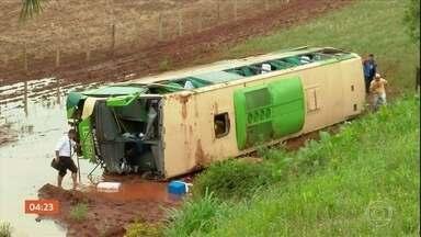 Uma pessoa morre e 46 ficam feridas em acidente na BR 386, no Rio Grande do Sul - Ônibus e van colidiram na rodovia. O ônibus era do Paraná e levava torcedores para o jogo entre Grêmio e Internacional, em Porto Alegre.