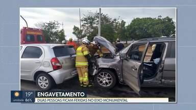 Duas pessoas ficam feridas em engavetamento no Eixo Monumental - Quatro carros estavam envolvidos. Vítimas foram encaminhadas ao Hospital de Base.
