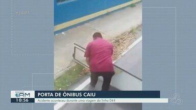Vídeo mostra motorista recuperando porta de ônibus que cai em rua de Manaus - Passageiros da linha 044 ficaram assustados.