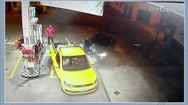 Motorista avança sobre moto e bate em outro carro em Mogi das Cruzes - Acidente aconteceu na região central da cidade.