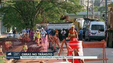 Motoristas pedem mais sinalização em obras para melhoria do trânsito em Ribeirão Preto - Várias avenidas têm desvios, mas motoristas querem mais organização.