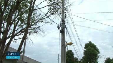 Fios de telefonia que ficam caídos incomodam e trazem riscos - Moradores de Paranavaí reclamam e pedem solução para o problema