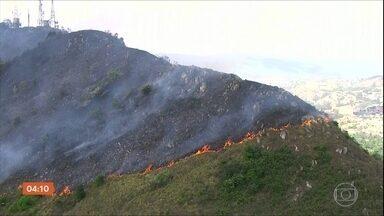 Tempo seco e baixa umidade provocam incêndios na região metropolitana de São Paulo - De sábado até esta segunda-feira, os bombeiros registraram mais de 1,5 mil queimadas em vegetação.