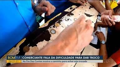 """Comerciante de Curitiba relata a dificuldade de dar troco para clientes - O quadro No Fim das Contas mostra quais são os caminhos possíveis pra conseguir este """"dinheiro miúdo""""."""