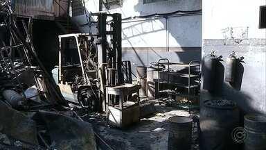 Oficina mecânica pega fogo em Santa Cruz do Rio Pardo - Bombeiros controlaram as chamas e ninguém ficou ferido. Incêndio destruiu dois carros, uma moto, equipamentos e empilhadeiras que estavam no local.