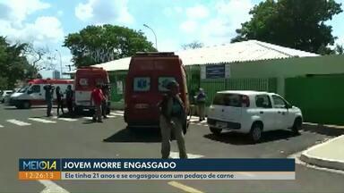 Jovem de Cascavel morre engasgado com pedaço de carne em Londrina - Rapaz tinha 21 anos e estava almoçando. Ele foi levado a um Posto de Saúde, mas não resistiu.