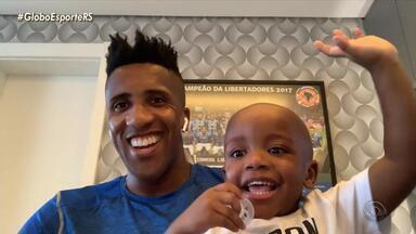 Filho de Bruno Cortez, lateral do Grêmio, faz sucesso nas redes sociais - Noah tem 2 anos e conquista o público nas aparições das entrevistas do pai.