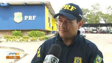 PRF diz que manifestação de garimpeiros na BR-174 deve ser suspensa em RR - Justiça determinou o fim do bloqueio da rodovia, mas ato continua.