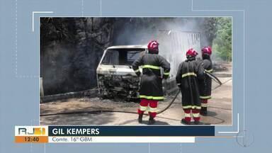 Caminhão pega fogo na subida da serra, na BR-040, em Petrópolis - Trânsito ficou em meia pista.