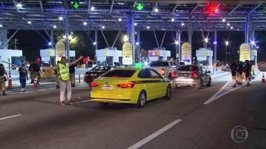 Prefeito do Rio de Janeiro libera pedágio na Linha Amarela pela segunda vez em dez dias - Os funcionários da prefeitura tiraram as cancelas e desligaram a luz das cabines na noite desta quarta-feira (6).